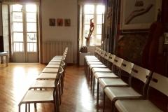 Sala de reuniones. Disposición de sillas en hilera.