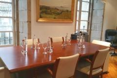 Mesa preparada para reunión